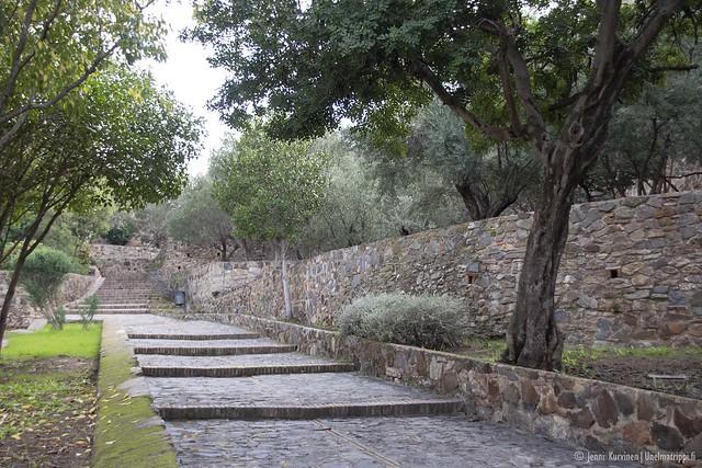 Gibralfaron linnoituksen sisäpihalla on leveitä kävelykivetyksiä