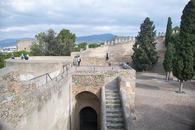 Gibralfaron linnoituksen muurit ovat jykevää kiveä