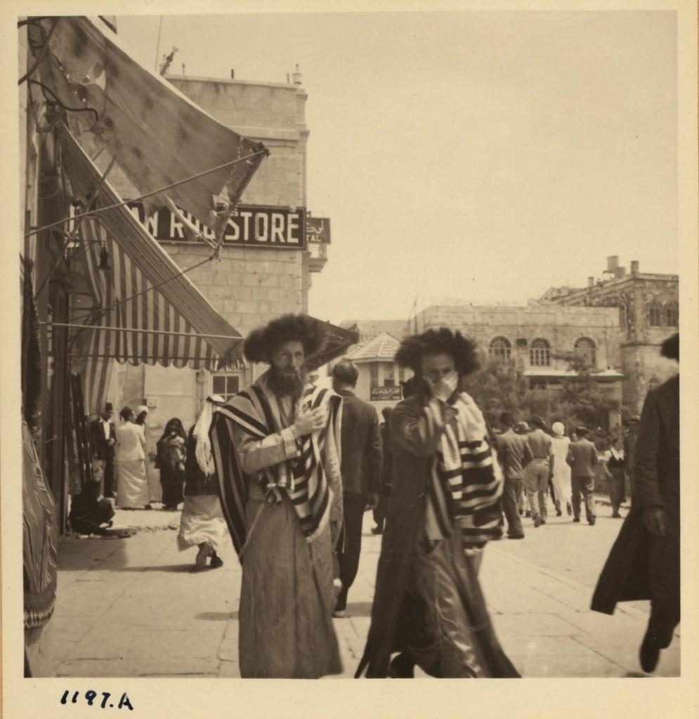 08. Ортодоксальные евреи возвращаются от Стены Плача в первый день Песаха, 26 марта