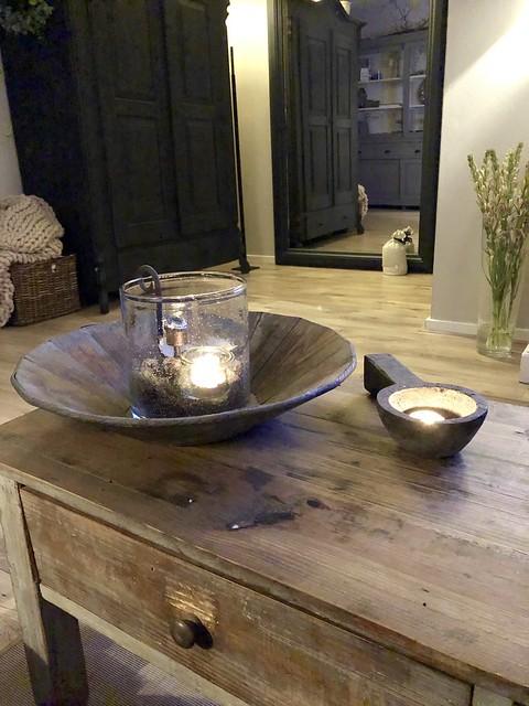 Windlicht in houten schaal salontafel