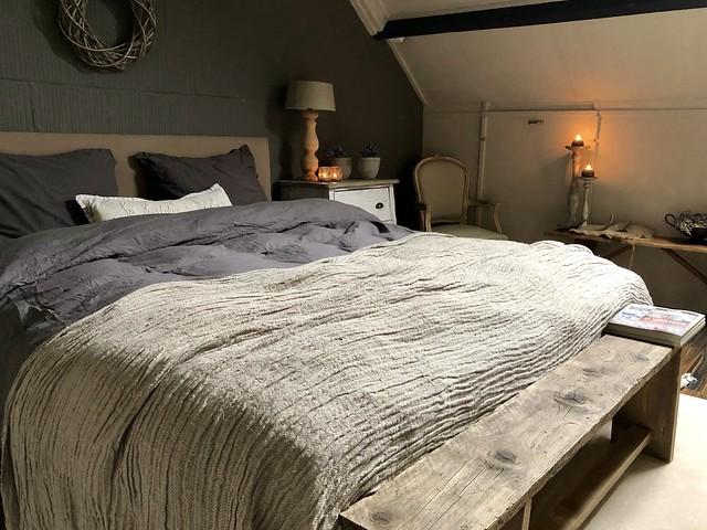Schuine wanden landelijke slaapkamer