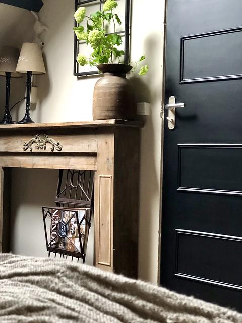 Houten haard ombouw zwarte deur slaapkamer