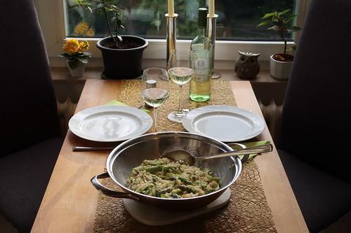 Risotto mit grünem Spargel und Ziegenkäse (Tischbild)