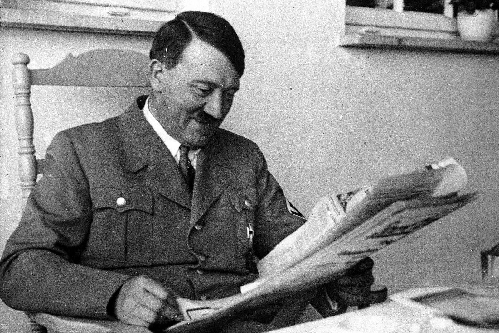 1935. Адольф Гитлер в своей резиденции Бергхоф. 5 апреля