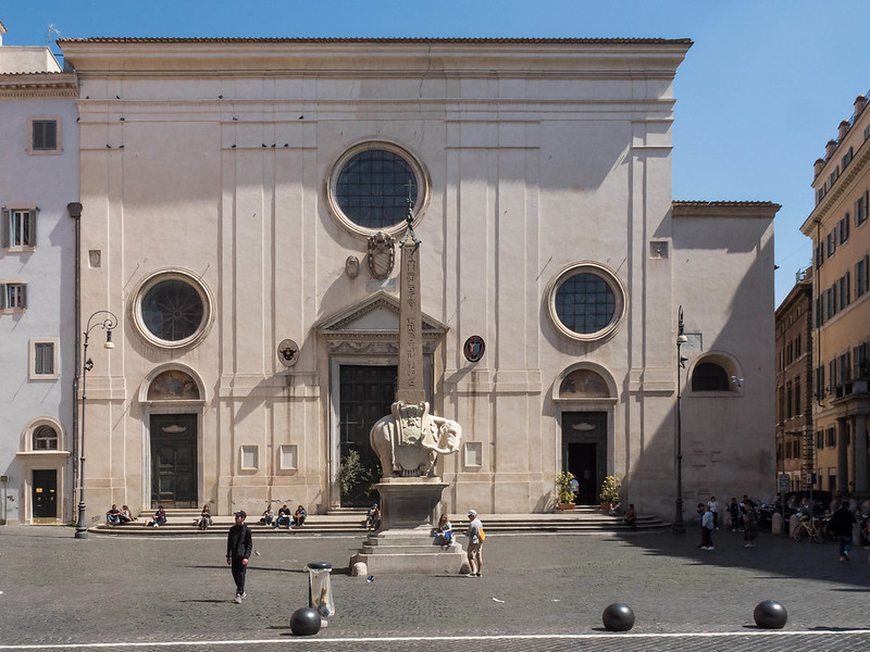 Fassade von Sanat Maria sopra Minerva, Obelisk und Berninis Elef