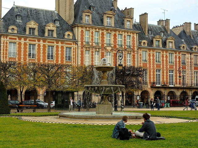 Paris / Place des Vosges / Drink on the grass