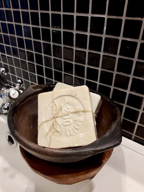 Kom met zeep in de badkamer