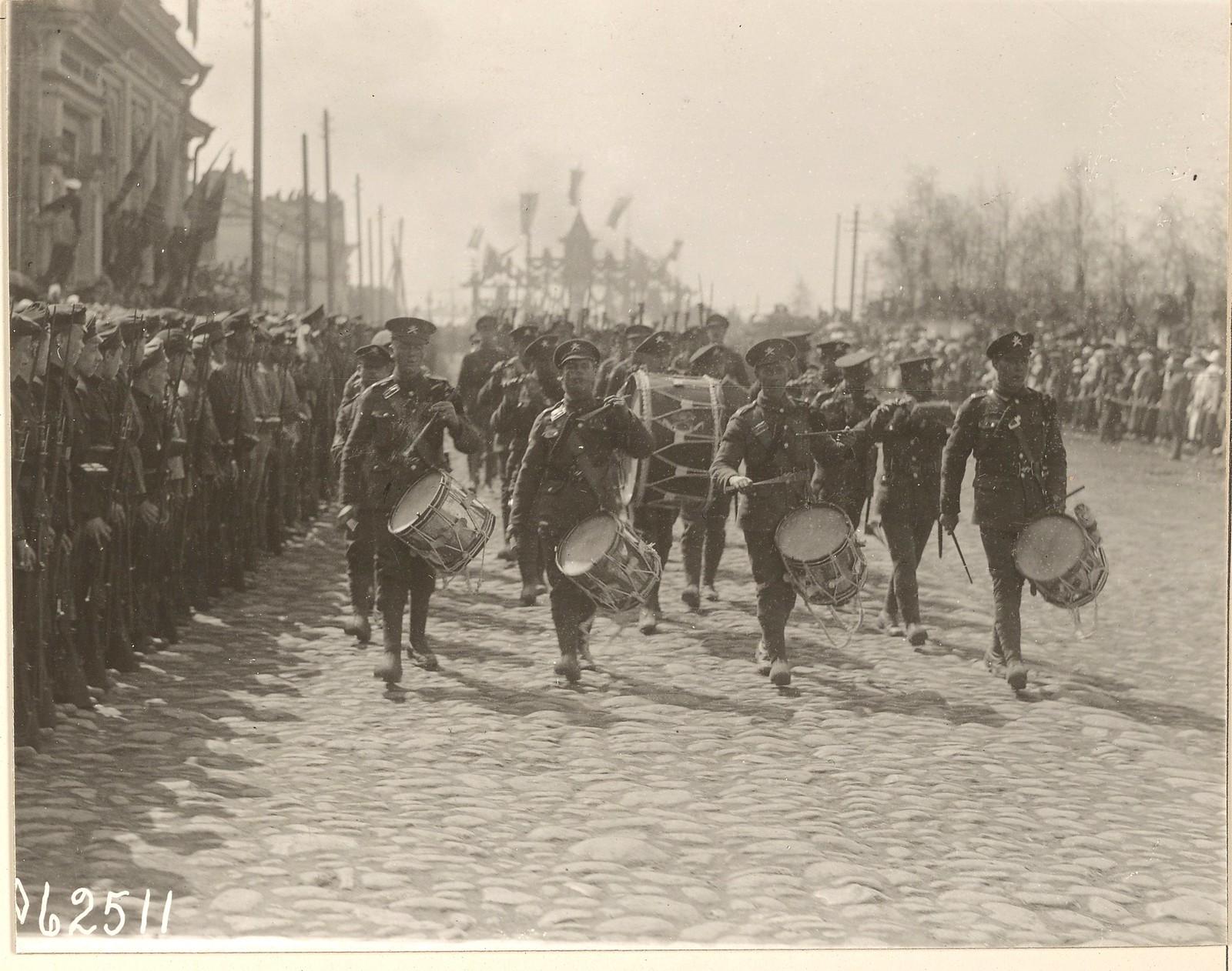 03. Вновь прибывшие британские войска проходят в параде по улицам Архангельска