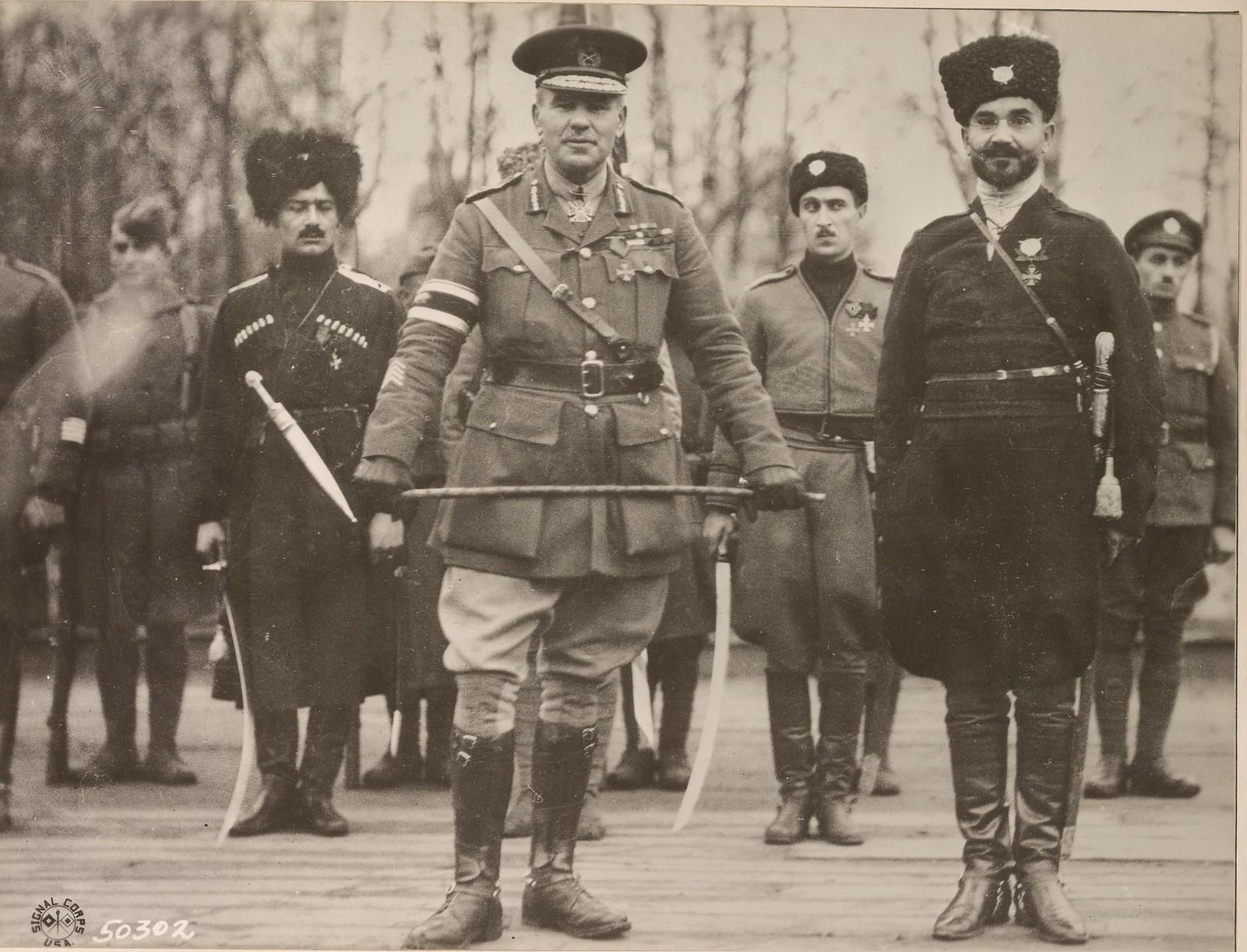 02. Британский генерал с русскими командирами осматривает войска союзников на севере России