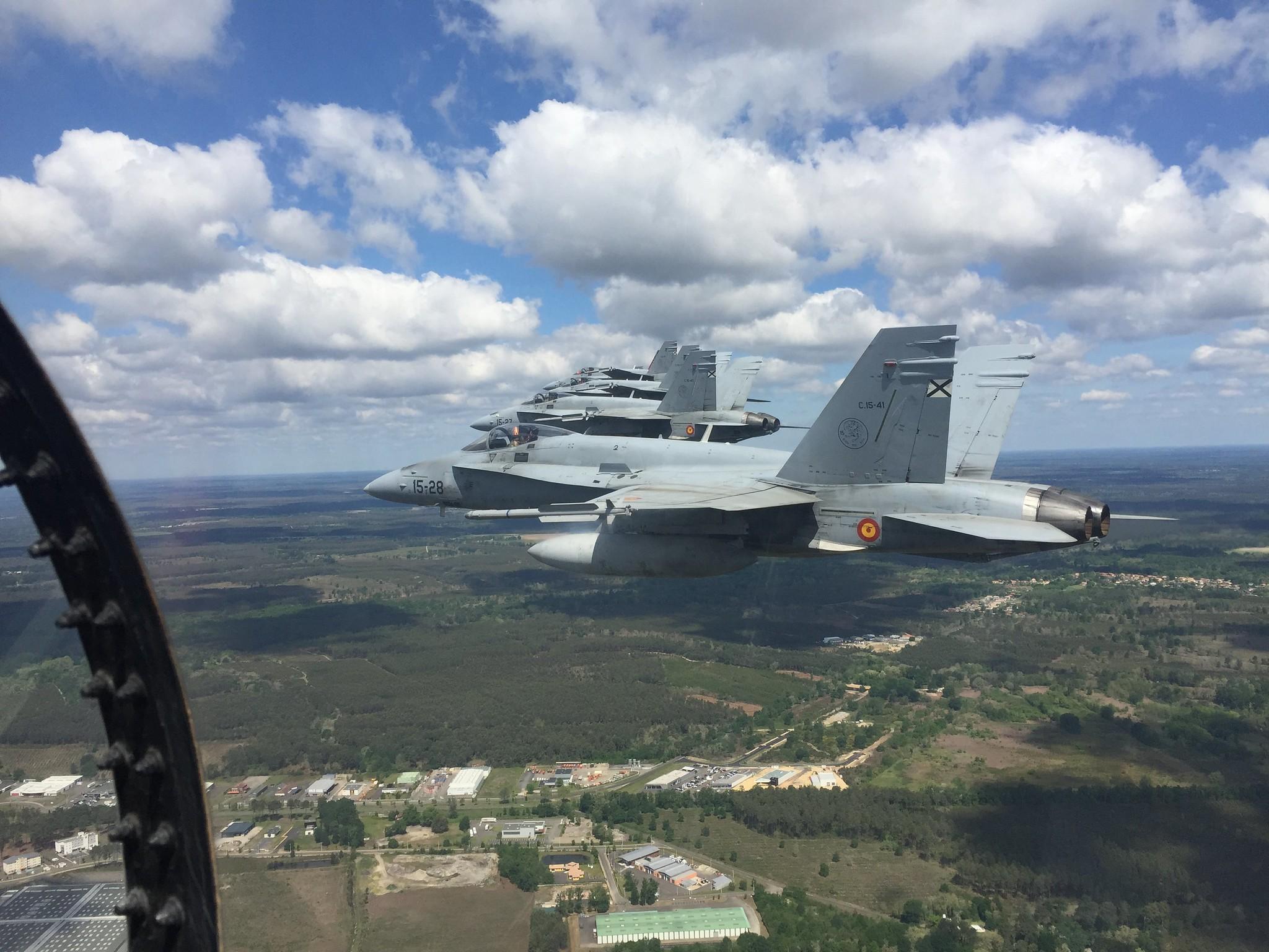 Los F-18 vuelan hacia la base aérea francesa de Mont de Marsan