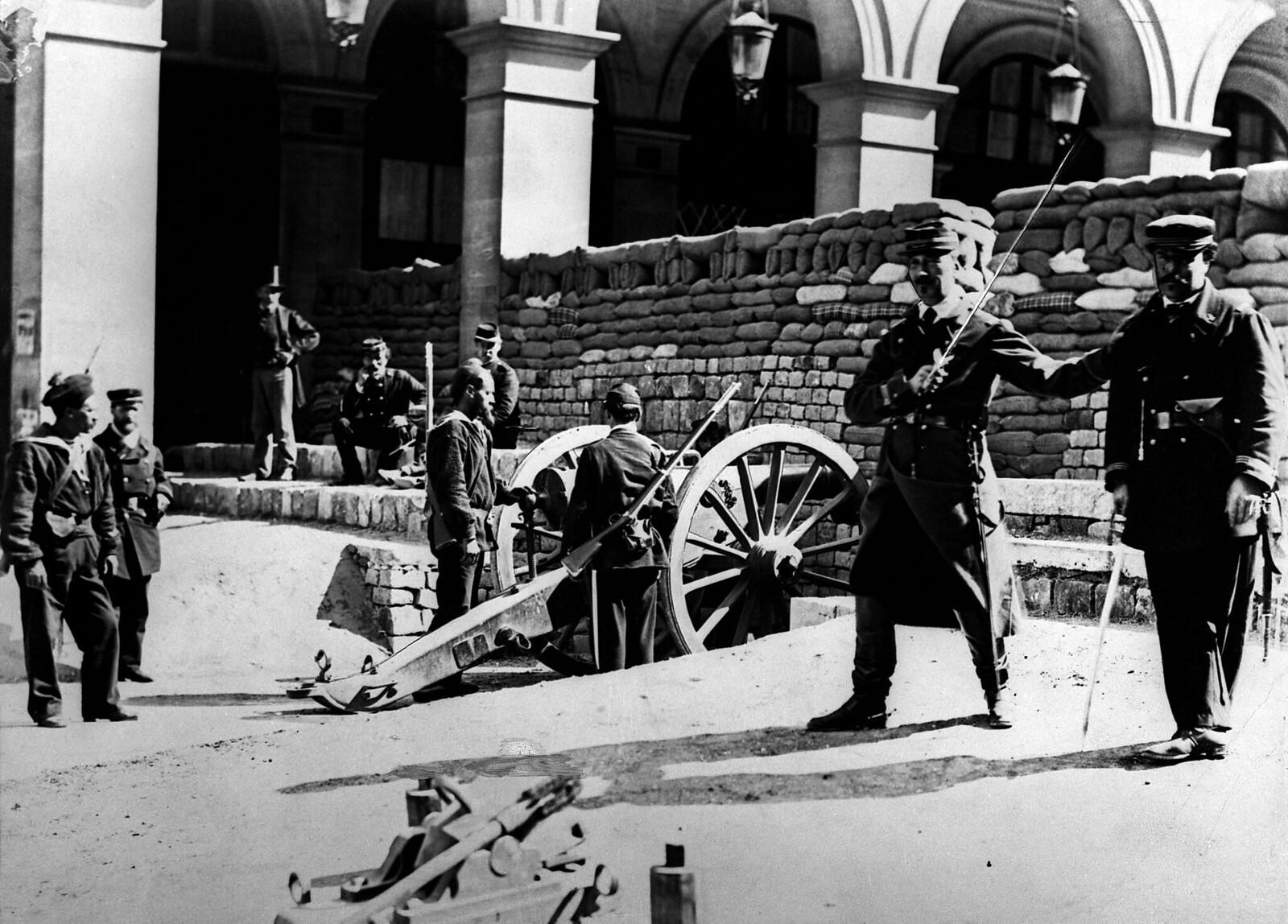 10. 1870. Солдаты за баррикадой на улице Кастильоне в Париже во время франко-прусской войны