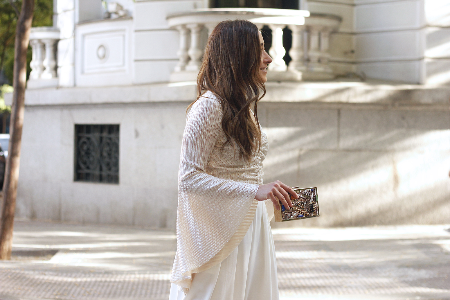 look de invitada lola casademunt white palazzo pants golden top street style outfit 201911