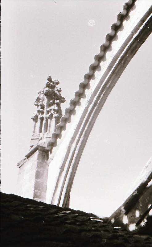 Arbotante. Vista tomada desde las zonas superiores de la Catedral de Toledo en los años 60. Fotografía de Victoriano de Tena Sardón