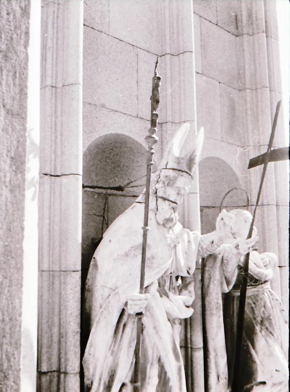 Esculturas de santos y reyes. Vista tomada desde las zonas superiores de la Catedral de Toledo en los años 60. Fotografía de Victoriano de Tena Sardón