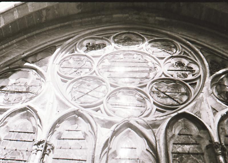 Vidrieras góticas. Vista tomada desde las zonas superiores de la Catedral de Toledo en los años 60. Fotografía de Victoriano de Tena Sardón