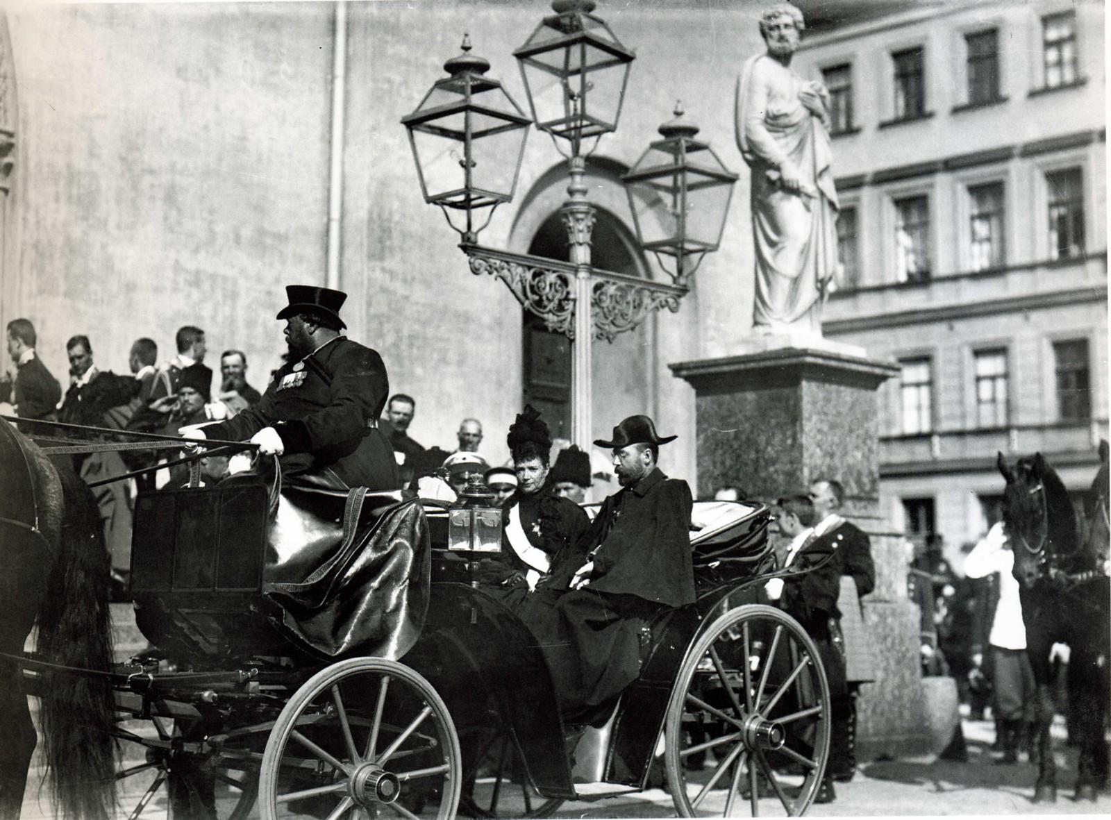 1901. Мария Фёдоровна и Николай II у церкви св. Петра после траурной мессы по Германской императрице Виктории. 6 августа 1901