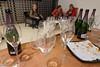 Nach der Sektverkostung: leere Gläser und Platten, müde Besucher