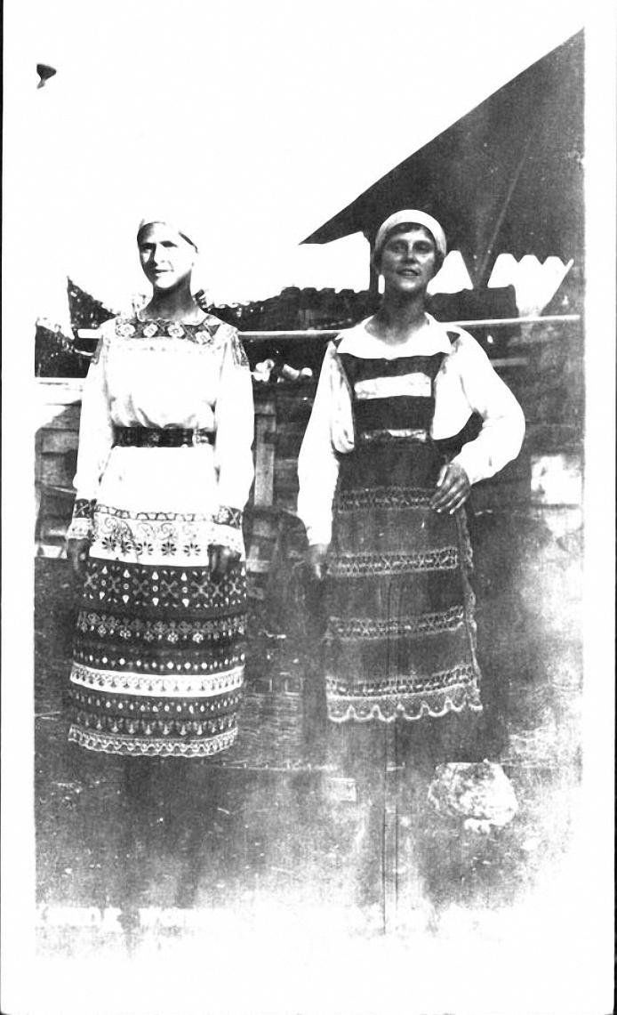 Архангельск. Местные жительницы в праздничной одежде
