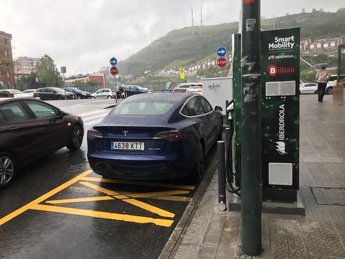Tesla Model 3 recargando en un PDR de Iberdrola en Bilbao