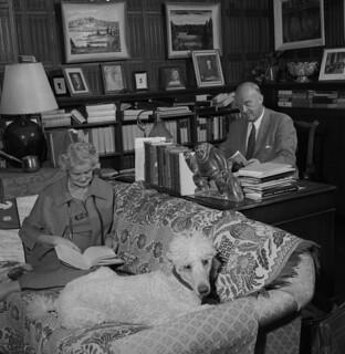Dr. Best with his wife Margaret and poodle Dochel, Ontario / Le docteur Best, son épouse Margaret et leur caniche Dochel (Ontario)