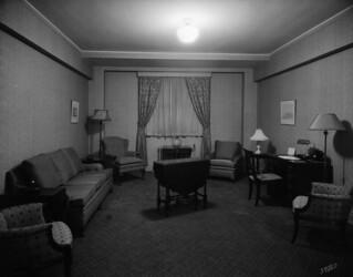 Guest living room, Bessborough Hotel, Saskatoon, Saskatchewan / Salon pour les invités, hôtel Bessborough, Saskatoon (Saskatchewan)
