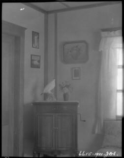 Northwest corner of a living room, Department of the Interior Station, Lake Harbour, Baffin Island, Nunavut... / Coin nord-ouest d'un salon, poste du ministère de l'Intérieur, Lake Harbour, île de Baffin, Nunavut...