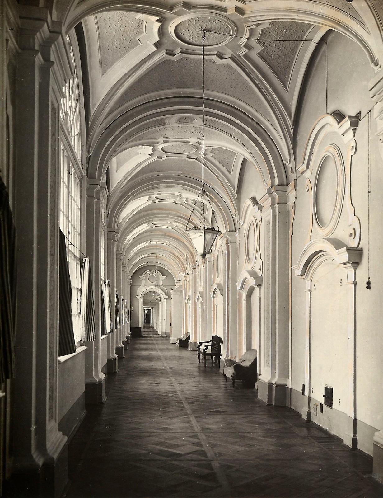11. Коридор в Смольном монастыре. 1915