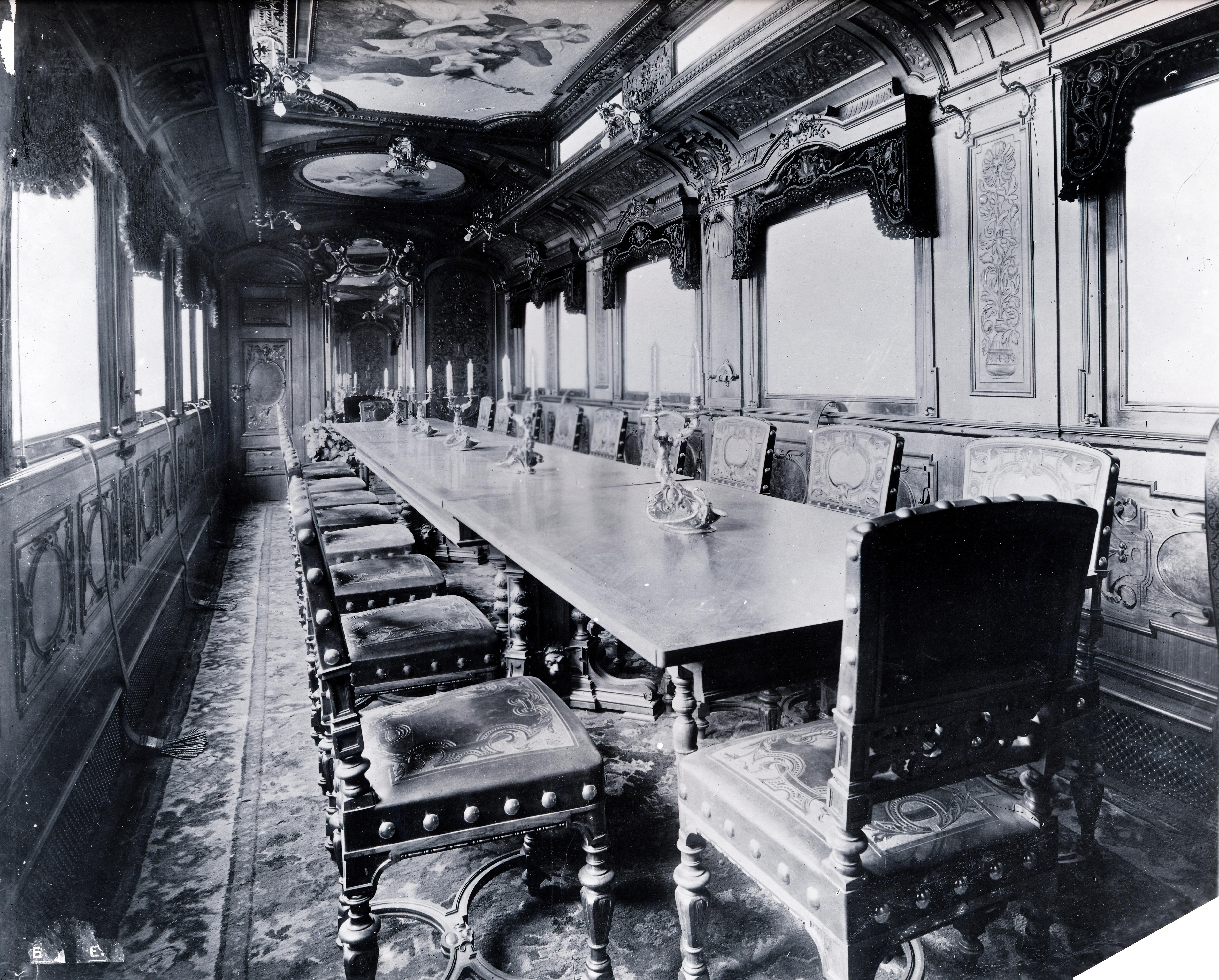 Bőrfotelt, dohányzó asztalt és dolgozó szobát sem sajnáltak száz éve magyar gyártmányú vonatokon