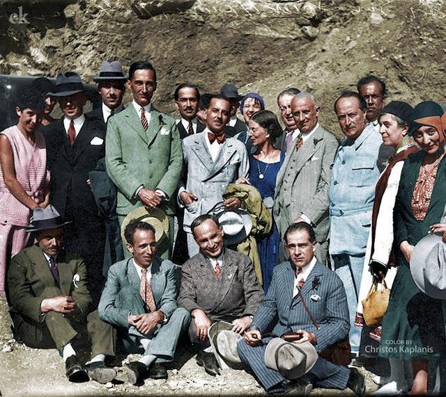 Ο Αγγελος και η Εύα Σικελιανού μαζί με συμμετέχοντες στο διεθνές συνέδριο για την ειρήνη που διοργάνωσαν στους Δελφούς τον Οκτώβριο του 1929.