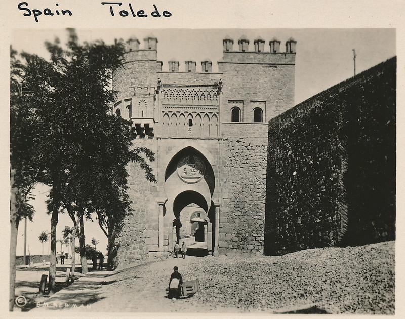 Puerta del Sol hacia 1915. Fotografía de Edward Manuel Newman. Colección de Laura Valeriano y Paco de la Torre.