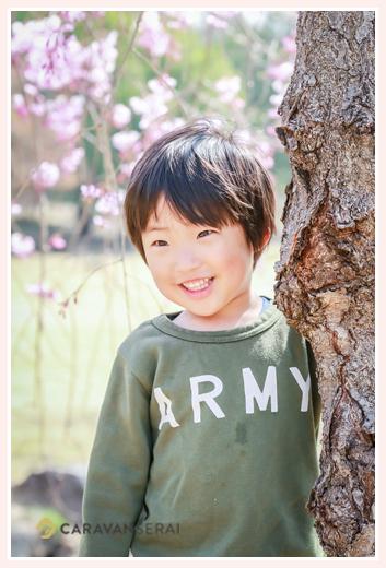 桜の木の下に立つ男の子