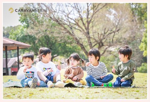 公園でお菓子を食べる子ども達 森林公園(愛知県尾張旭市)で撮影会