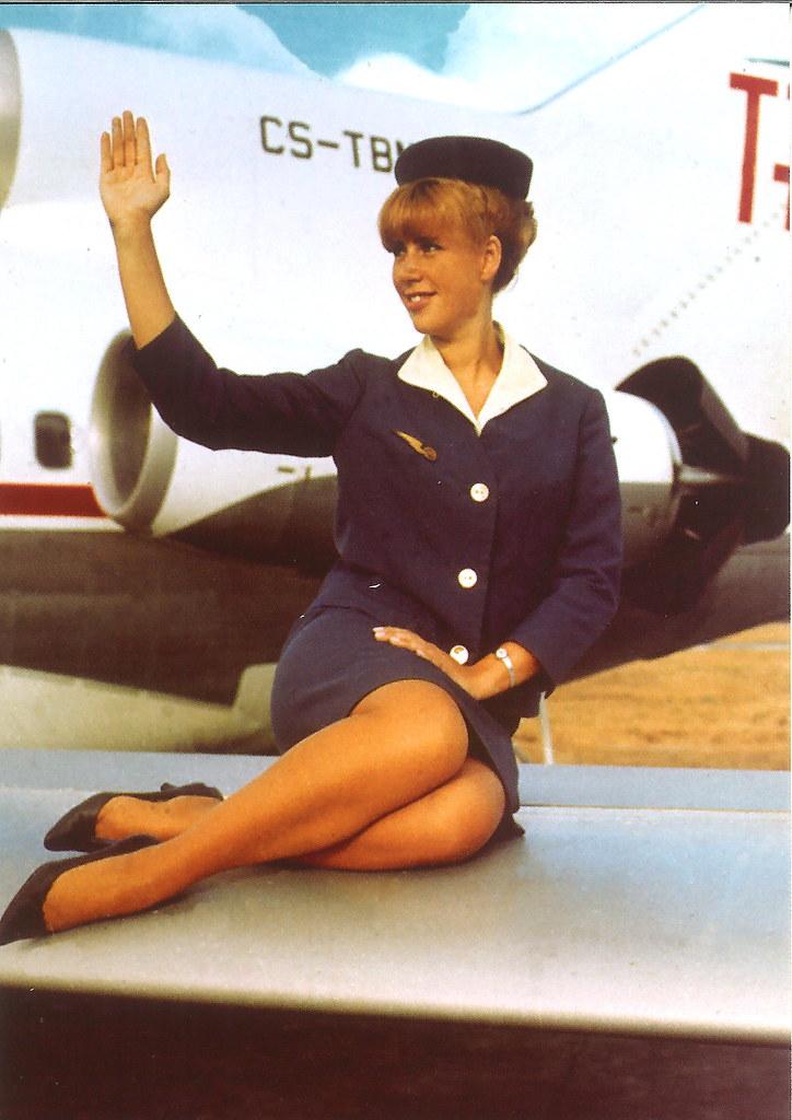 A/B Margarida Rouillé com 6.º uniforme da TAP, Aeroporto da Portela, 1968 (D. Vacchi, Postal ilustr., ed. Museu da TAP)