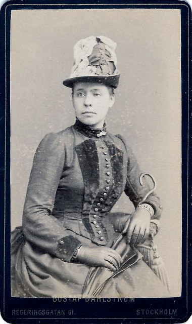 Portrait of a woman with parasol - Carte de visite taken by studio Gustaf Dahlström, Regeringsgatan 61, Stockholm - Sweden, ca 1890s