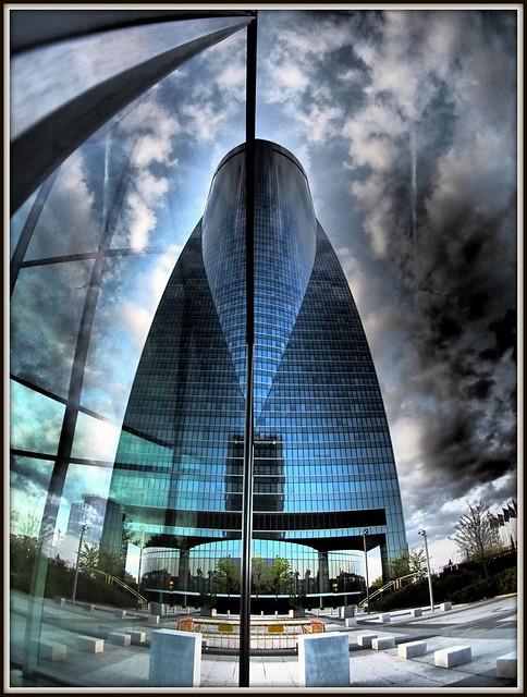 Torre Espacio reflejada en Torre de Cristal