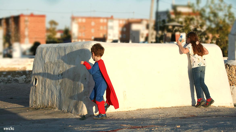 niños jugando en las cuevas de Paterna
