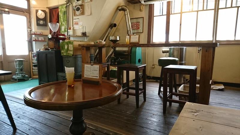 自家焙煎珈琲 喫茶 路地の店内の様子とインテリアの写真です。