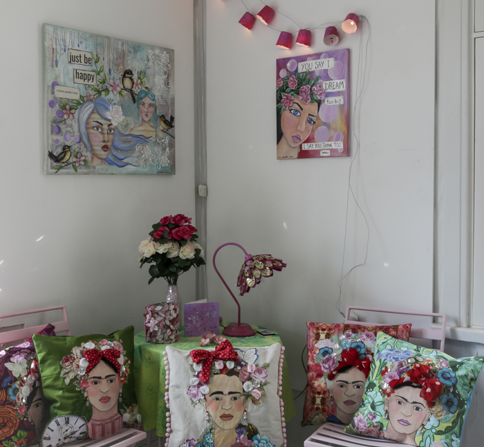 taidenäyttely häkkiterapiaa galleria alli kerava mixed media taulu maalattu tyyny_