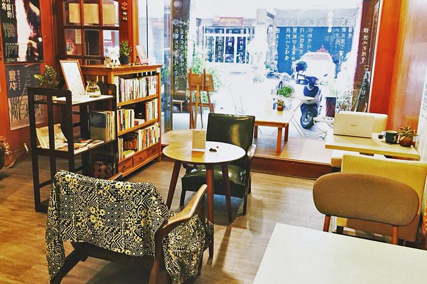 紅絲線書店販售新、舊書,閱讀空間由街景、舊物與老傢俱所組成。
