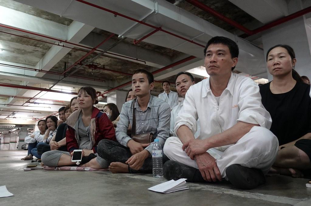 越南移工今日再度曠工抗議,圖為罷工當天移工聚集在公司地下室。(資料照/攝影:張智琦)