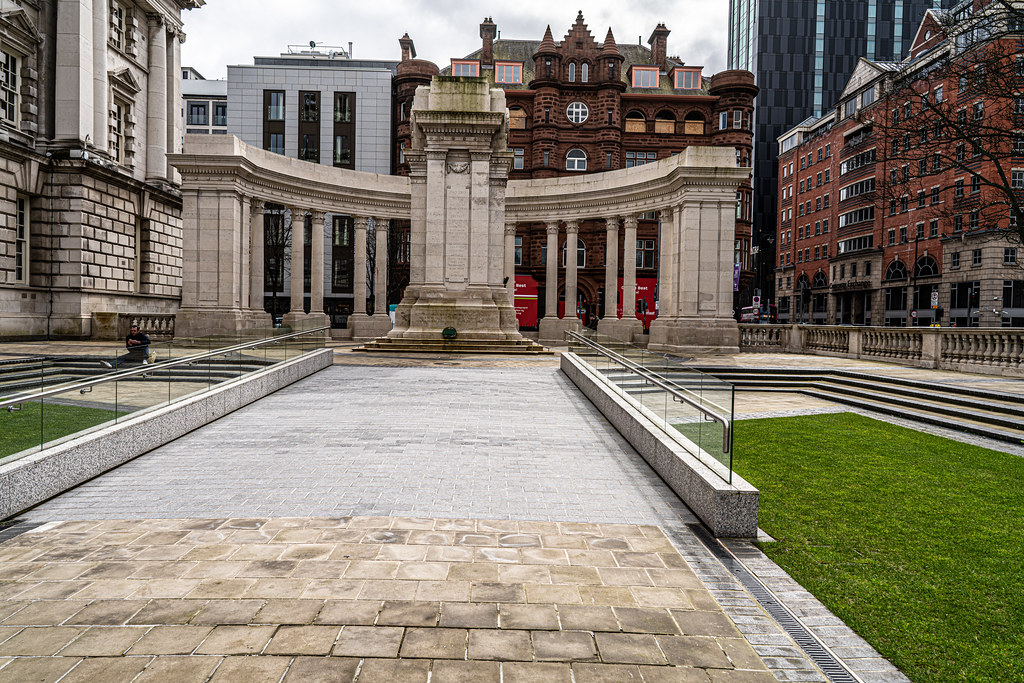 THE CENOTAPH AT CITY HALL IN BELFAST 003