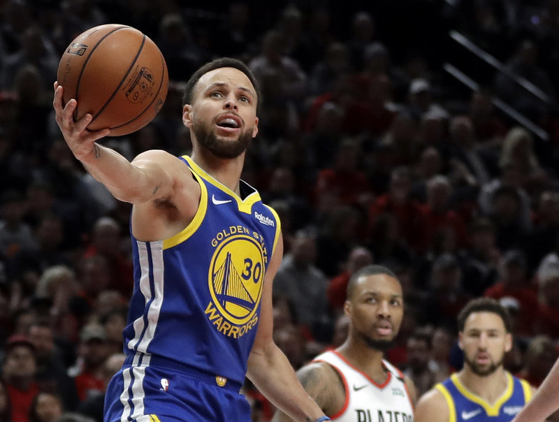 Stephen Curry(左)演出37分大三元。(達志影像)