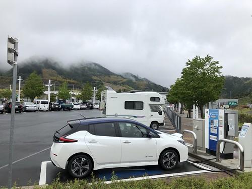 新東名 清水PA(下り)で充電中の日産リーフ e+(62kWh)