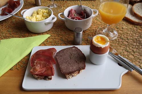 Rinderschinken und Hackbraten auf Roggenhaferbrot zum Frühstücksei