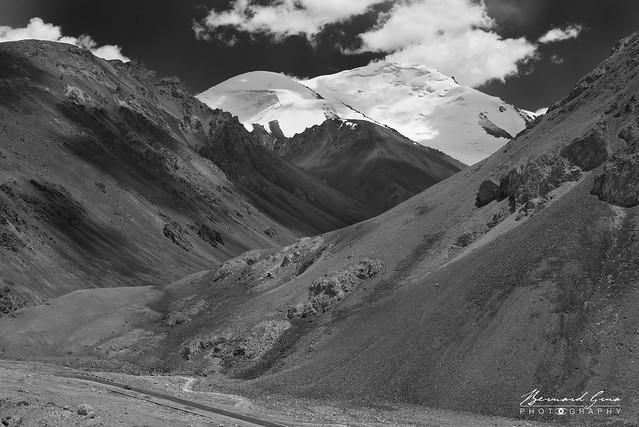 Lacets avant le col de Kunjerab (4 693 m) sur la Karakoram Highway Photo Bernard Grua