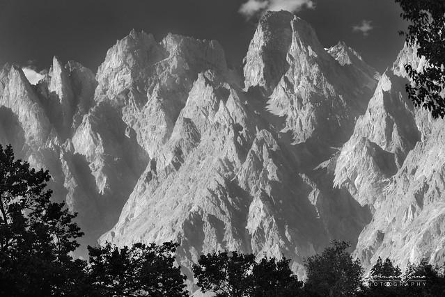 Noir et blanc, Tupopdan, Cônes de Passu,  6,106 metre en fin d'après-midi Photo Bernard Grua