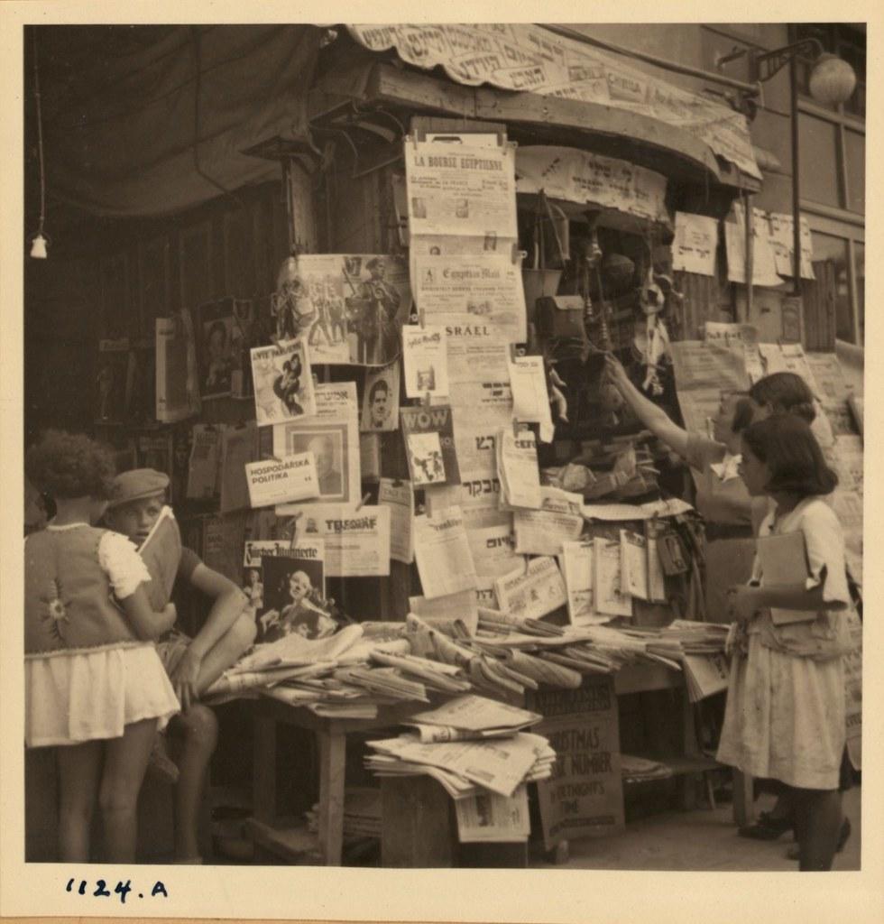 1124. 7 ноября. Дети возле книжного киоска, Тель-Авив
