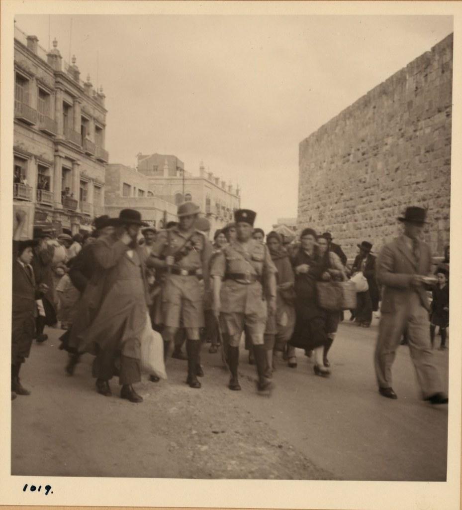 1019. 14 мая. Арабские беспорядки. Группа ортодоксальных евреев бежит из Старого города под охраной еврейских полицейских и британцев