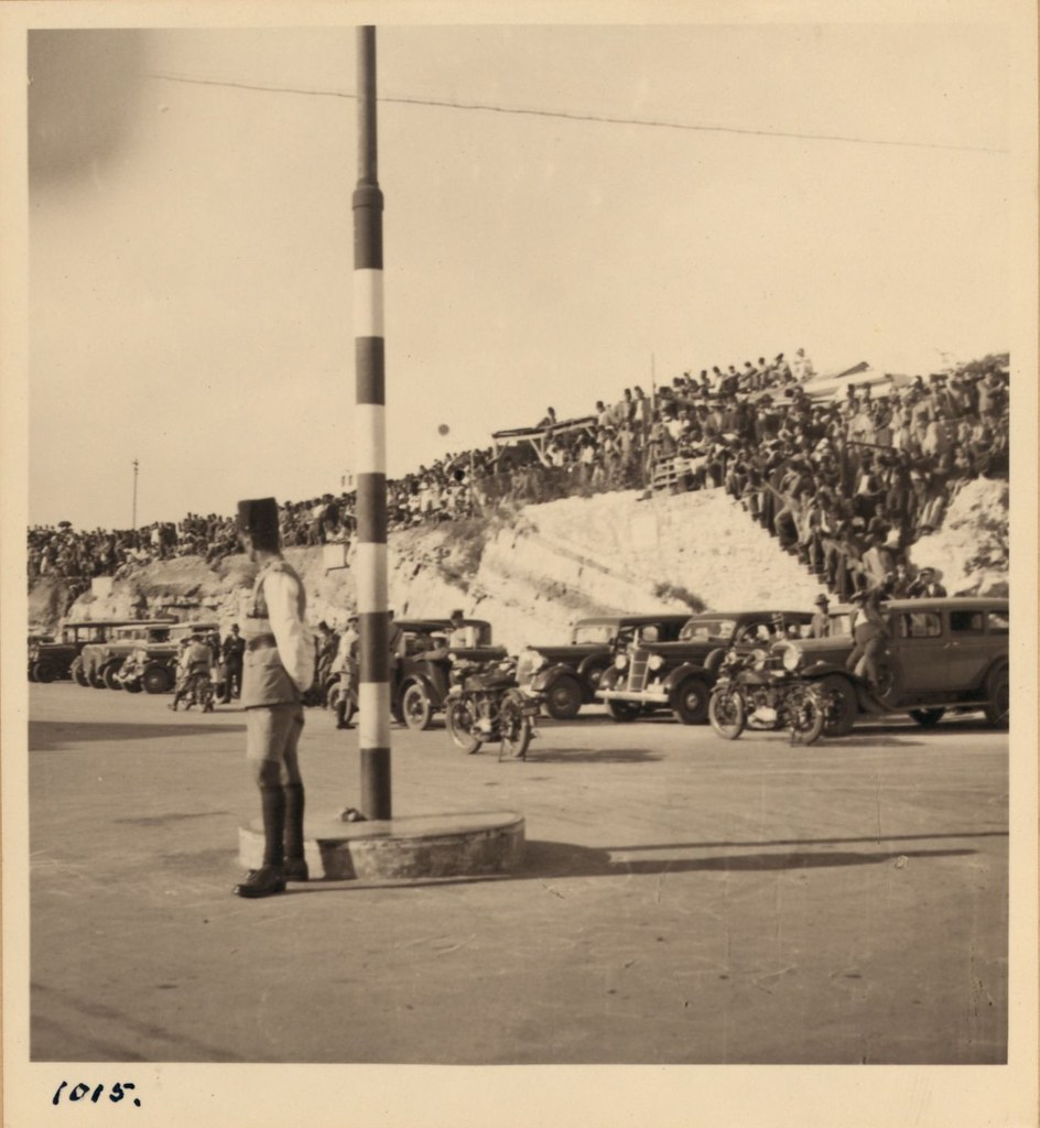 1015. 8 мая. Прибытие бывшего Эфиопского Негуса. Толпы людей за пределами железнодорожного вокзала