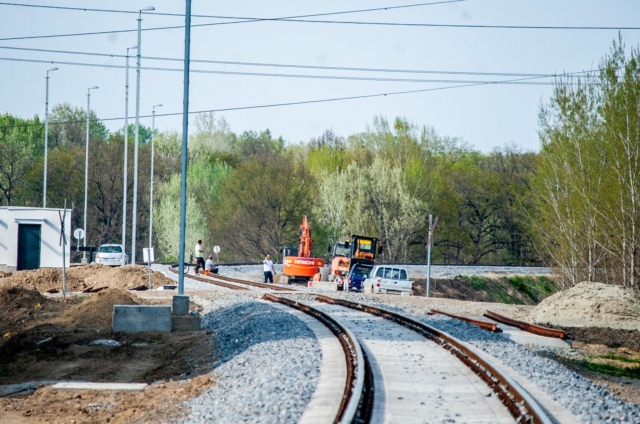 A tram-train vágányait fektetik Hódmezővásárhely közelében. Fotó: vasarhely24.hu